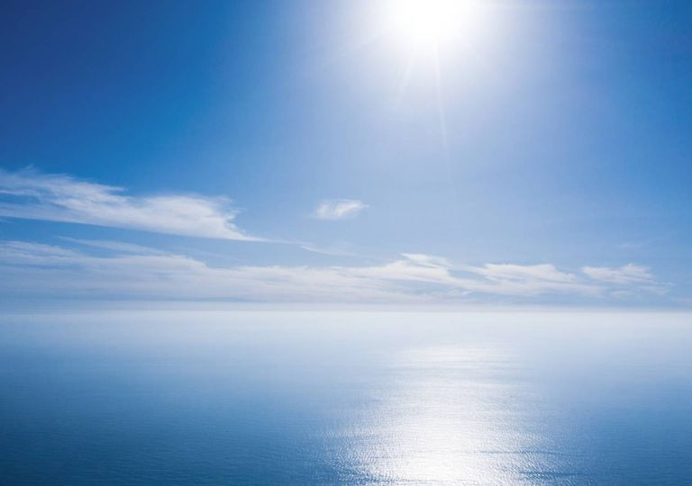 Céu quase limpo sol