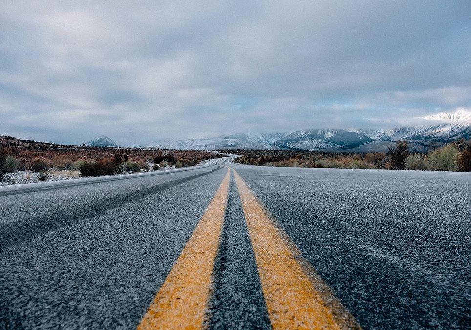 La sal es empleada como medida preventiva frente a la formación de placas de hielo en carretera.