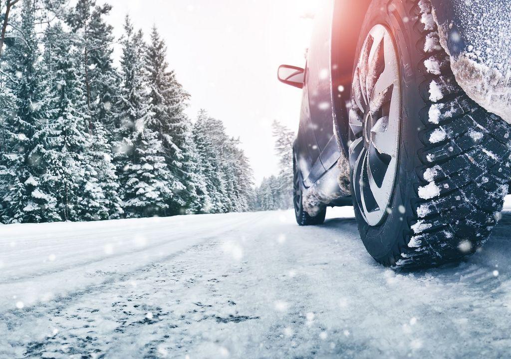 Auto transitando en la nieve