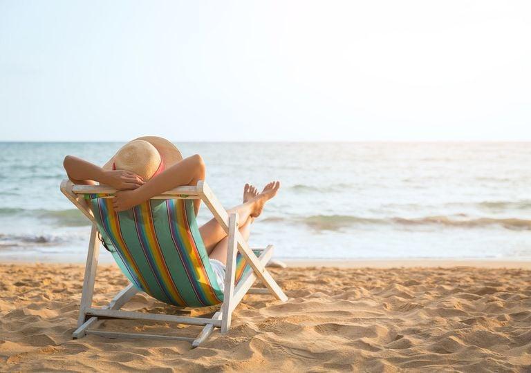 Mujer descansando y mirando el mar