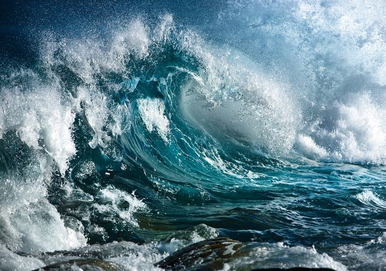 grandes olas rompiendo en la costa