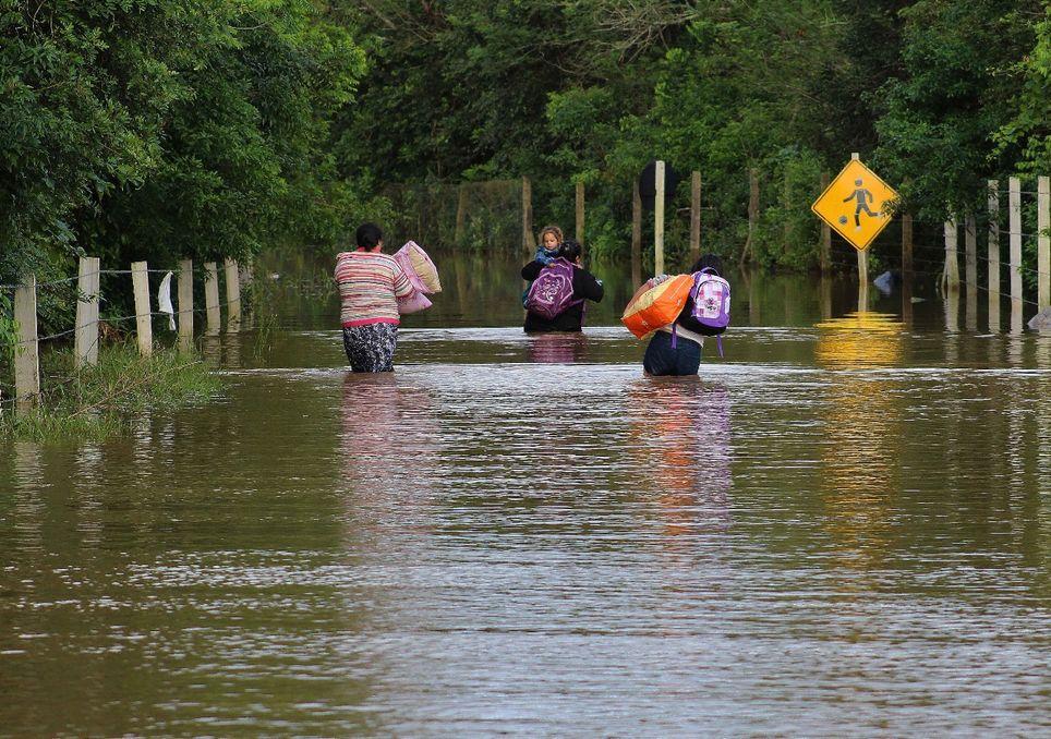 Inundações, alagamentos e enxurradas.