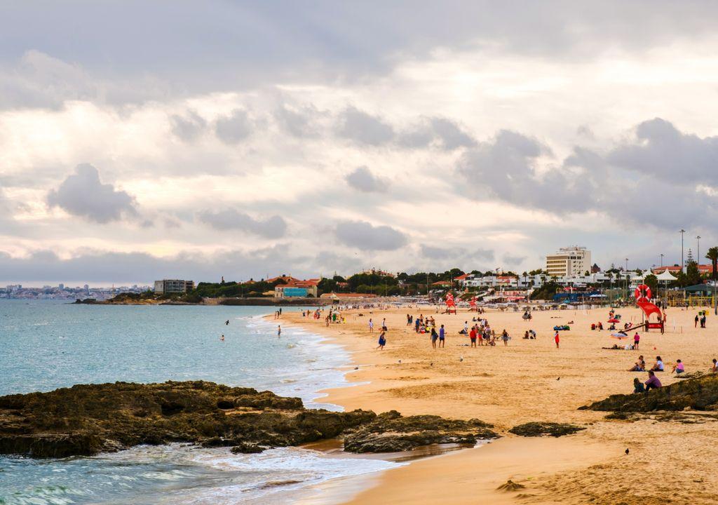 praia; nuvens; verão; carcavelos; lisboa; portugal