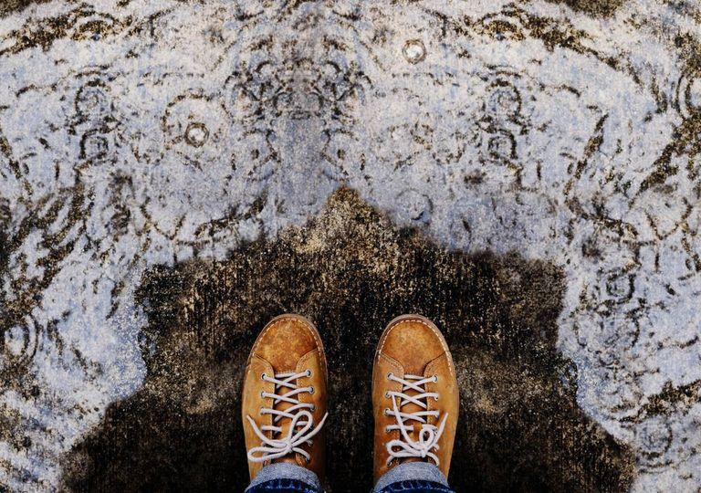 Sapatos de homem à chuva com guarda-chuva