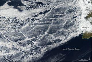 Señales de barcos en las nubes al oeste de la Península