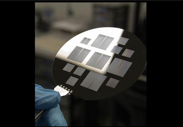 Oblea de silicio con los microchips en los que se trabaja en la Sala Blanca de la UPC. Crédito foto: UPC