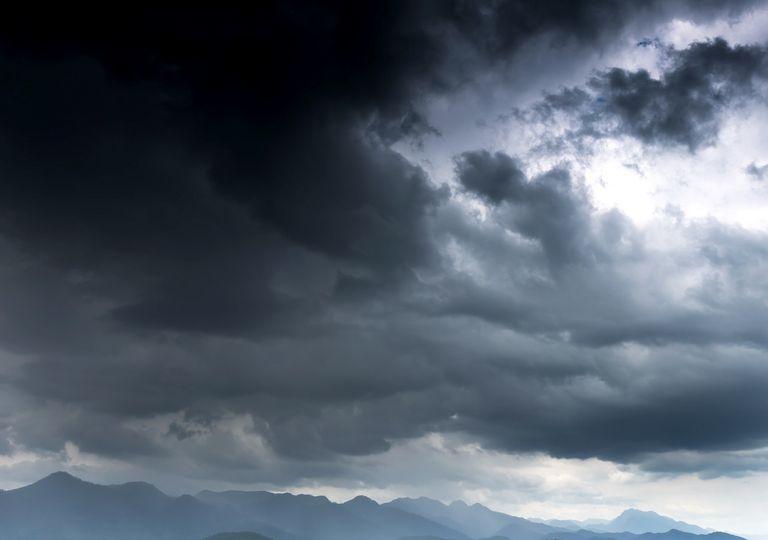 Nubes oscuras anunciando temporal y tempestades