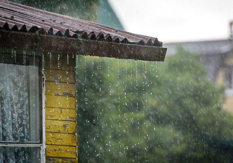 Lluvia cayendo desde el tejado de una casa