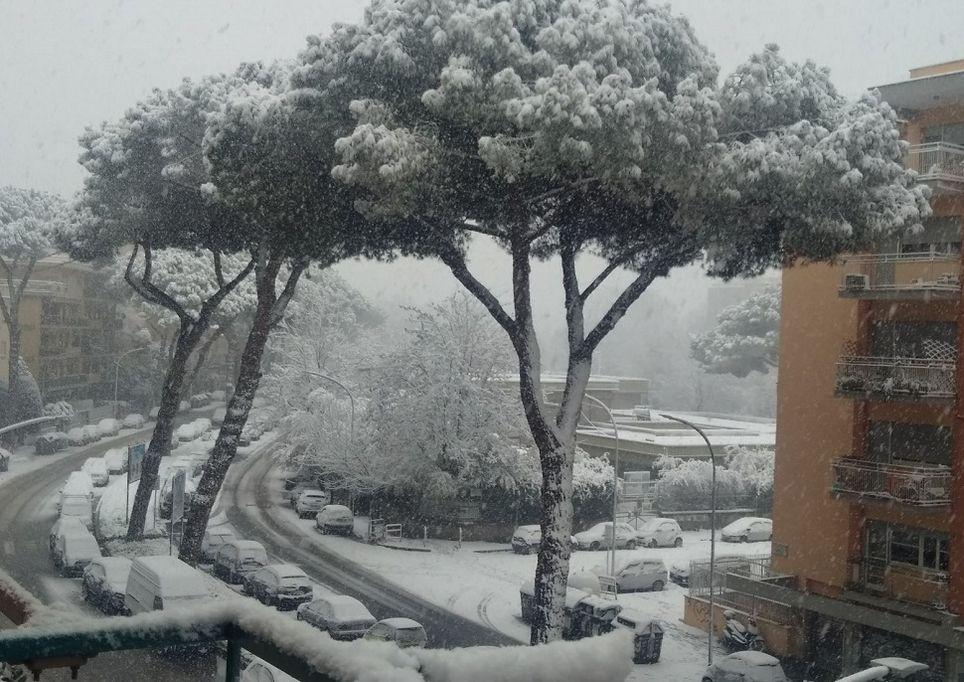 C'è la neve a Napoli e qualcuno si tuffa in mare