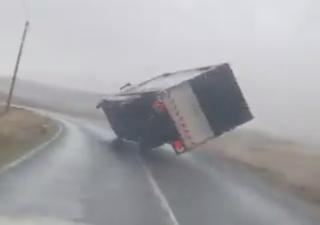Sturmtief Jorge weht einen kompletten Truck um!