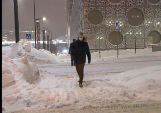 Tempesta di neve su Helsinki, accumuli di oltre mezzo metro: i video