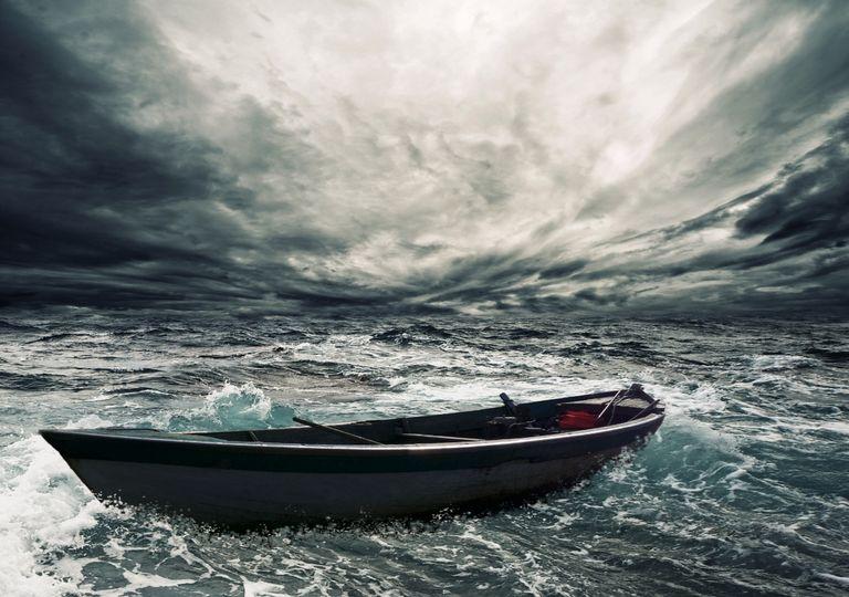 Barco na tempestade.