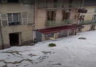 Heftiges Hagelunwetter setzt ganze Stadt unter Wasser!