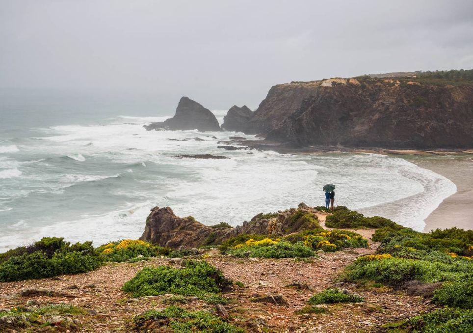 Mar nevoeiro e casal à chuva
