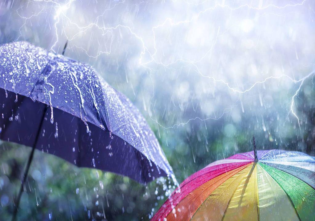 chuva; trovoada; guarda-chuva