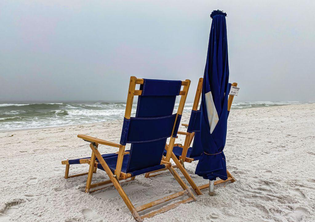 praia; céu nublado; chuviscos; tempo fresco;