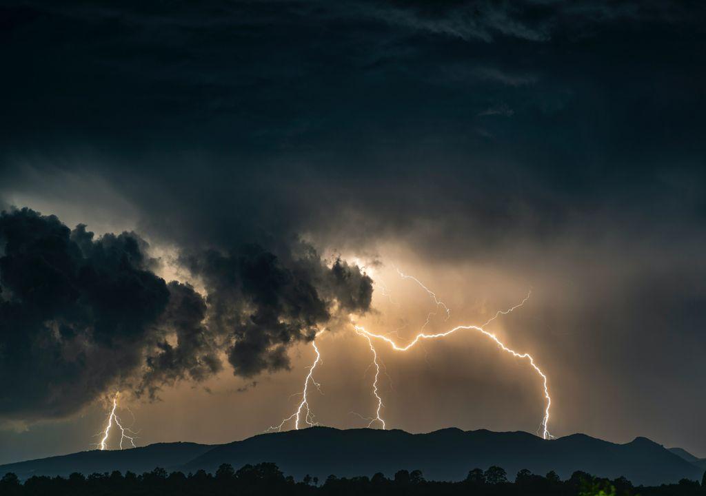 trovoada; chuva; aguaceiro; montanha