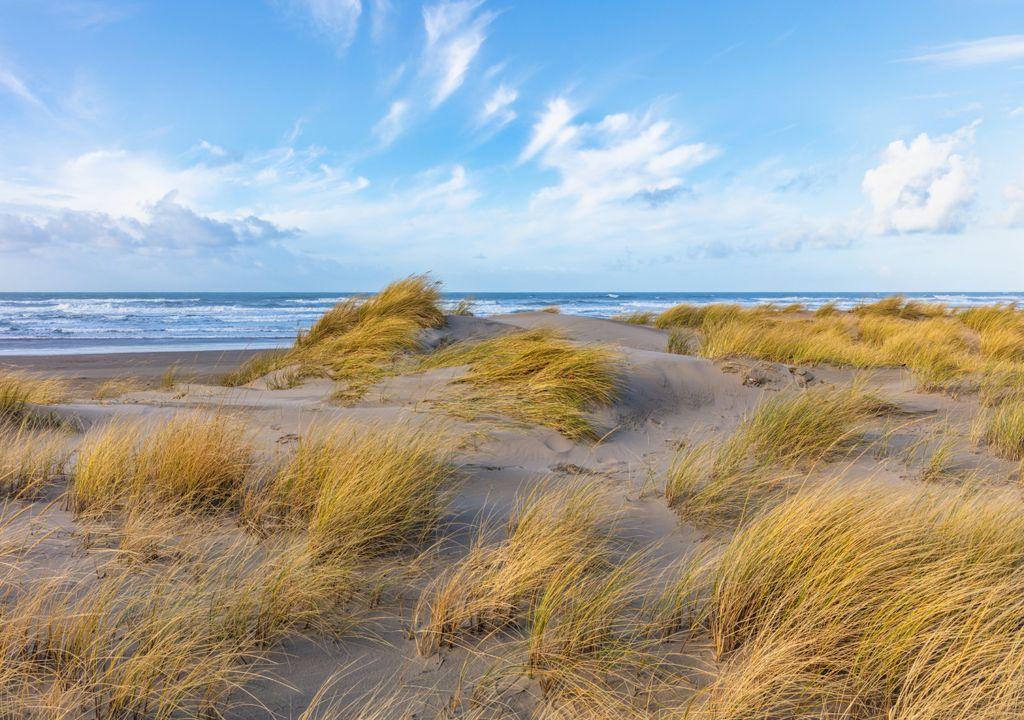 praia; mar; sol e nuvens; vento;