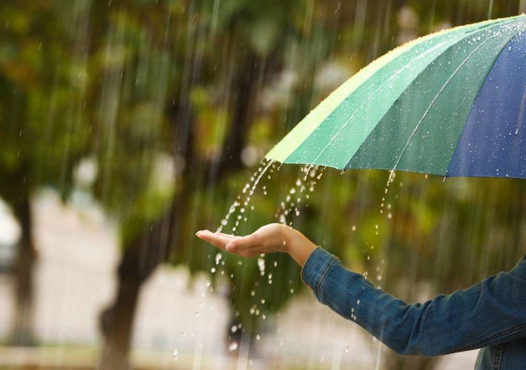 Mulher com guarda-chuva no exterior