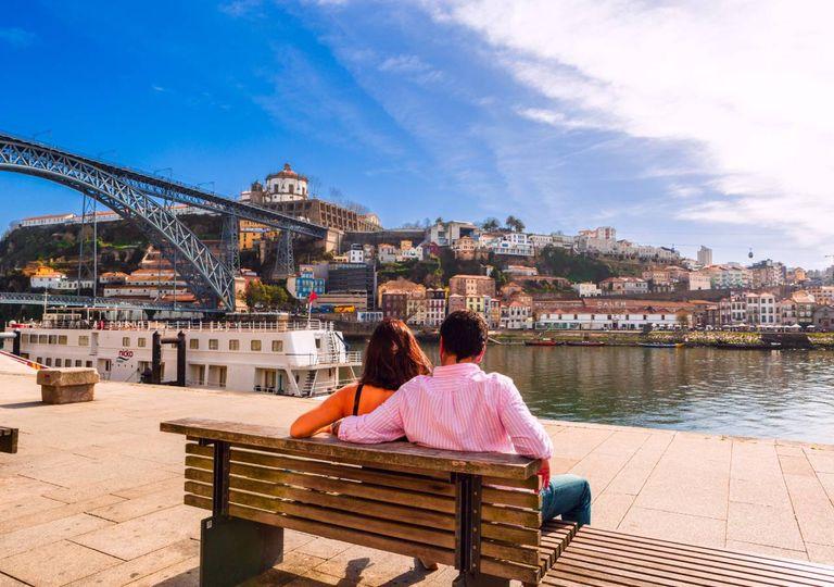 Casal ao sol na Ribeira no Porto