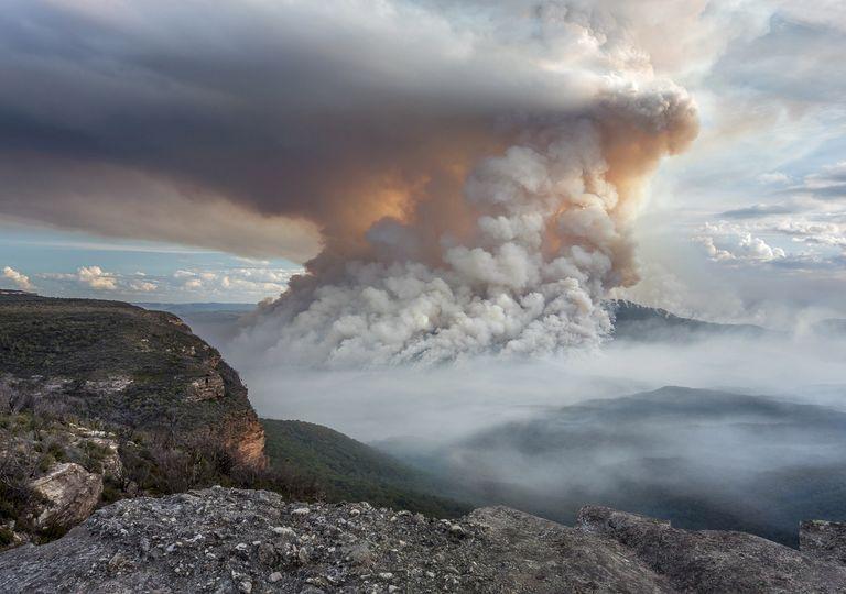Nube de humo sobre incendio