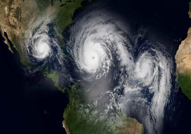 Tres huracanes sobre el Océano Atlántico