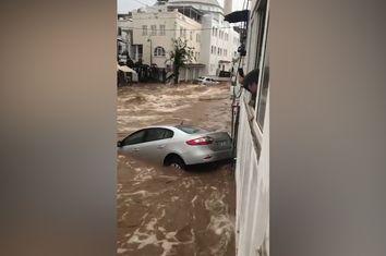 Alluvione lampo in Turchia, strade come fiumi a Bodrum