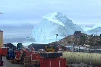 Groenlandia, l'iceberg si rompe e crea un mini tsunami