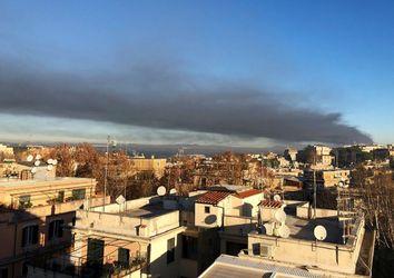 Incendio in un impianto di rifiuti a Roma, fumo nero sulla città