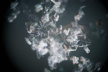 Como os cristais de gelo crescem nas nuvens?