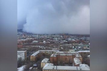 Siberia, un muro di neve avanza sulla città