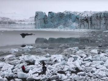 I turisti scappano dallo tsunami dopo il crollo del ghiacciaio