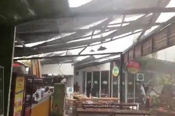 Uma tempestade arranca o telhado de um restaurante em Jacarta