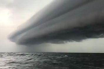 Un enorme 'arcus' a punto de engullir a unos pescadores