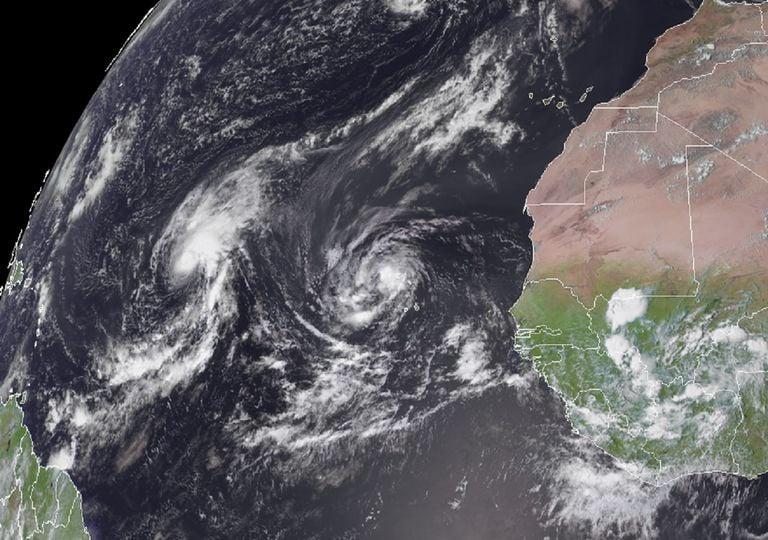 Cerca de África, se observa a través del GOES-16 (East) a los dos ciclones tropicales continuando con su desplazamiento.