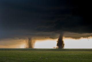 El espectacular tornado doble ayer en Italia, ¿cómo fue posible?