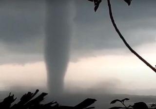 Tornado impressionante ocorre em Wonogiri, Indonésia