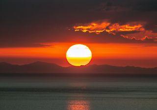 El triplete solar: el Sol rojizo, achatado y el rayo verde