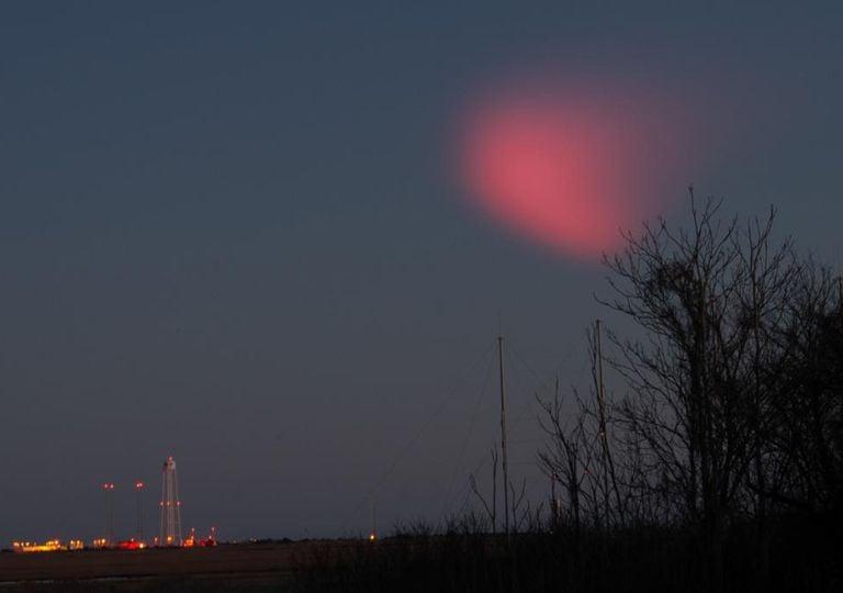 Lumière rouge dans le ciel
