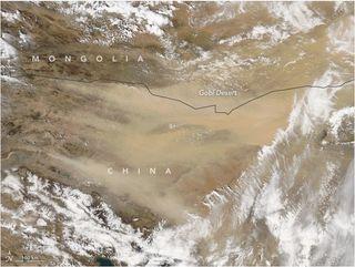 Una gran tormenta de polvo y arena barre el norte de China