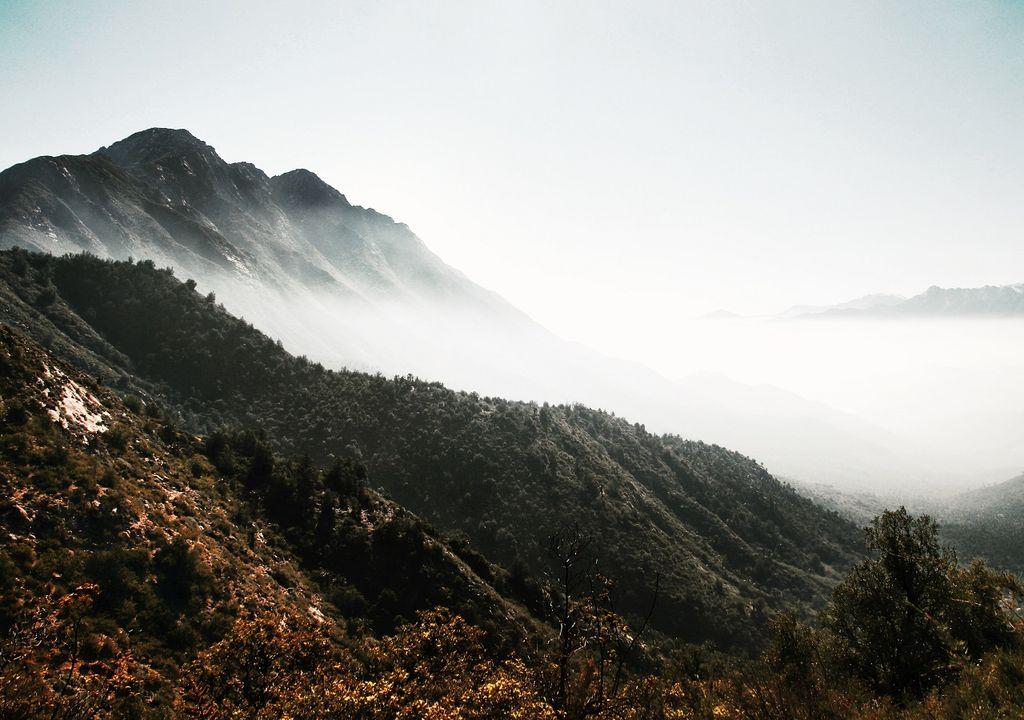 Cerro La Campara con neblina en el valle
