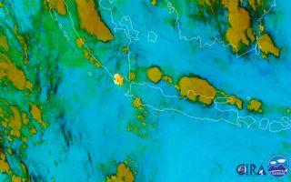 Violenta erupción del volcán Krakatoa: lanza cenizas a 15 km de altura