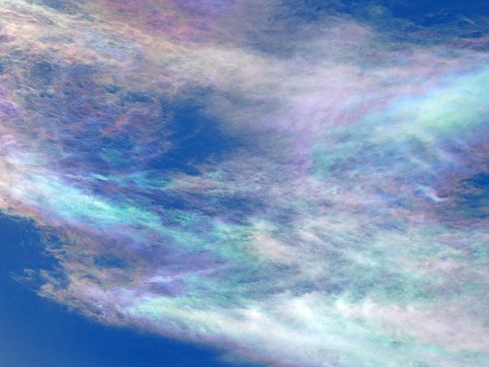 Nubes iridiscentes, sus colores se deben al reflejo de los rayos del sol sobre el hielo que poseen.