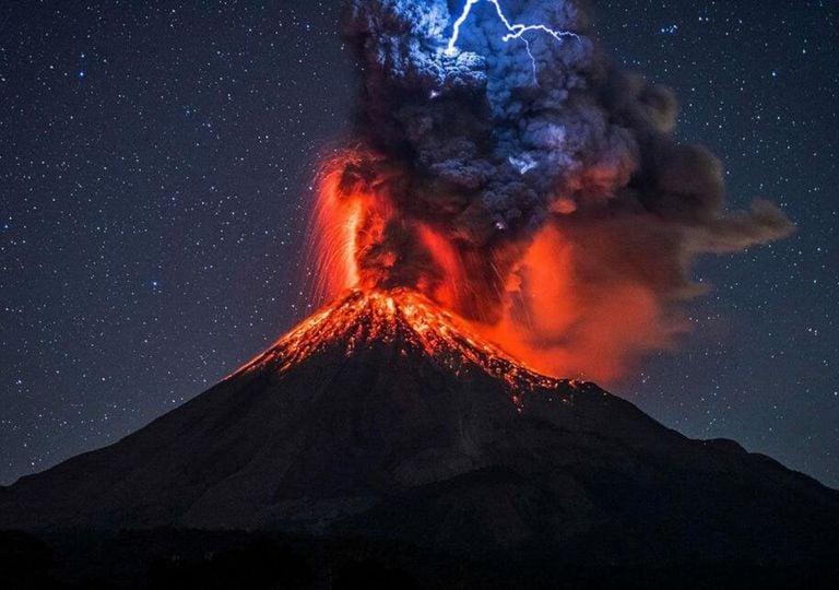 vulcão Krakatoa tem forte erupção
