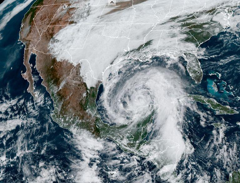 Este día Zeta se encuentra sobre el Golfo de México recuperando organización.