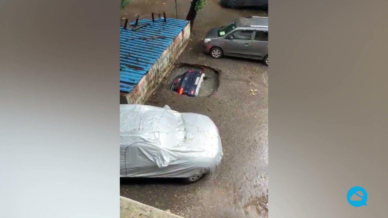 A sinkhole swallows a car in Ghatkopar, Mumbai (India)
