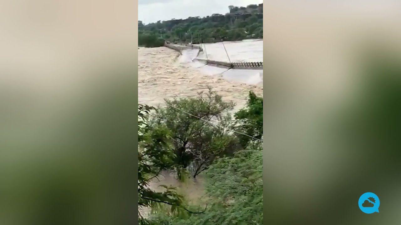 In Indien stürzte eine Brücke aufgrund der starken Wasserströmung eines überlaufenden Flusses ein.